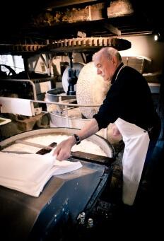 Fabrication de papier artisanal au Moulin du Got à Saint Léonard de Noblat, Haute-Vienne, Limousin région Nouvelle Aquitaine